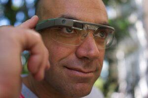 640px-A_Google_Glass_wearer